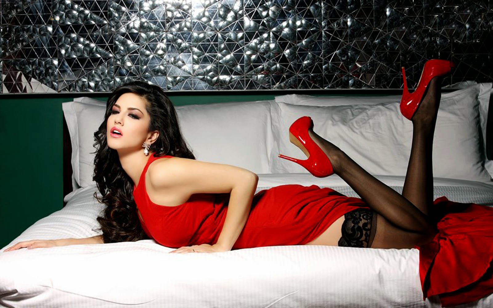 OMG! Sunny Leone washes her 'this' body part every 15 minutes ...